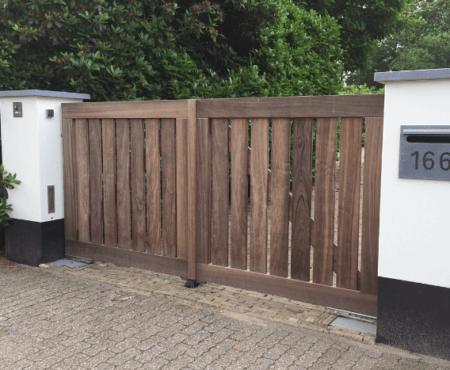houten poort voor de oprit